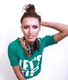 Bella donna del DJ con capelli neri in camicia verde Immagine Stock