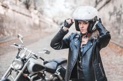 Bella donna del motociclista all'aperto con il motociclo immagine stock libera da diritti