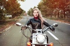 Bella donna del motociclista all'aperto con il motociclo immagine stock