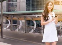 Bella donna del ritratto che camminano nella via e nella città, fiducia femminile felice e sorridere fotografia stock libera da diritti