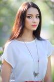 Bella donna del ritratto con la collana sul collo Primavera b naturale Fotografia Stock