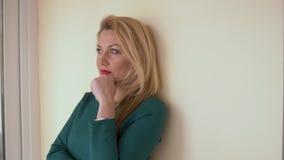 Bella donna del ritratto nell'interno dell'ufficio Donna attraente e pensierosa del fronte video d archivio