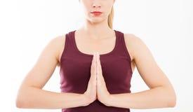 Bella donna del ritratto, ragazza in maglietta, meditante all'interno, fuoco su armi nel gesto di Namaste Medicina asiatica, conc immagini stock libere da diritti
