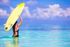 Bella donna del surfista che pratica il surfing durante le vacanze estive Fotografia Stock Libera da Diritti