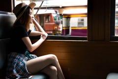 Bella donna del viaggiatore del ritratto Bello amore affascinante della donna fotografia stock