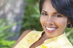 Bella donna dell'afroamericano che si distende all'esterno fotografie stock