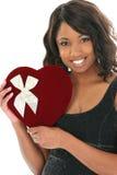Bella donna dell'afroamericano con il contenitore di caramella del cuore del velluto Fotografia Stock Libera da Diritti