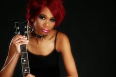Bella donna dell'afroamericano con la chitarra Fotografie Stock
