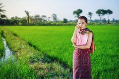 Bella donna dell'agricoltore che pensa nel giacimento del riso Immagini Stock Libere da Diritti