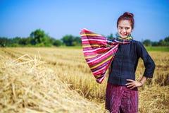 Bella donna dell'agricoltore con la paglia nel campo Fotografie Stock Libere da Diritti