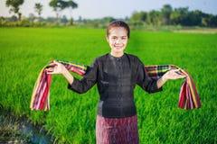 Bella donna dell'agricoltore nel giacimento del riso Fotografia Stock