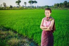 Bella donna dell'agricoltore nel giacimento del riso Fotografie Stock