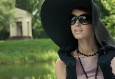 bella donna dell'annata di estate della sosta Fotografie Stock Libere da Diritti