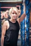 Bella donna dell'atleta dopo la formazione Fotografie Stock Libere da Diritti