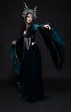 Bella donna dell'elfo di fantasia in corona del fiore Immagini Stock