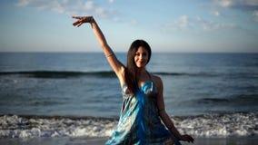 Bella donna della spiaggia video d archivio