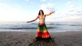Bella donna della spiaggia archivi video