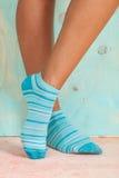 Bella donna delle gambe con i calzini che stanno sulla punta dei piedi sul pavimento di legno fotografie stock libere da diritti