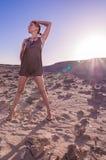 Bella donna in deserto Fotografie Stock Libere da Diritti