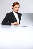 Bella donna di affari al suo computer portatile Fotografie Stock Libere da Diritti