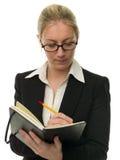 Bella donna di affari che cattura le note Immagini Stock Libere da Diritti