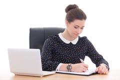 Bella donna di affari che fa lavoro di ufficio in ufficio con il computer portatile i Immagini Stock Libere da Diritti