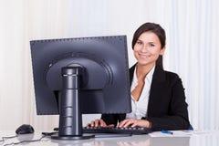 Bella donna di affari che lavora al suo computer fotografia stock libera da diritti