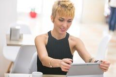 Bella donna di affari che lavora in caffè fotografia stock