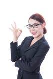 Bella donna di affari che mostra segno giusto fotografia stock libera da diritti