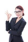 Bella donna di affari che mostra segno giusto fotografia stock