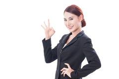 Bella donna di affari che mostra segno giusto Immagini Stock