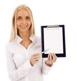 Bella donna di affari che mostra un documento con una penna Fotografia Stock Libera da Diritti