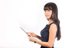 Bella donna di affari che per mezzo di un computer digitale della compressa immagini stock