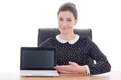 Bella donna di affari che si siede nell'ufficio e che mostra i wi del computer portatile Fotografia Stock