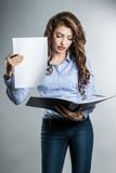 Bella donna di affari con i documenti Immagine Stock Libera da Diritti