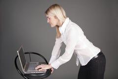 Bella donna di affari con il computer portatile fotografia stock