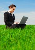 Bella donna di affari con il computer portatile Immagini Stock