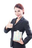 Bella donna di affari con il contenitore di regalo fotografie stock libere da diritti