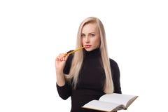 Bella donna di affari con il pensiero del blocco note e della matita Immagini Stock Libere da Diritti