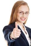 Bella donna di affari con il suo pollice su, mostrando okay. Fotografie Stock Libere da Diritti