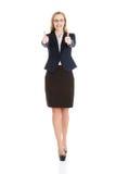 Bella donna di affari con il suo pollice su, mostrando okay. Fotografia Stock Libera da Diritti