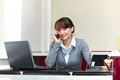 Bella donna di affari con il telefono Fotografia Stock