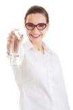 Bella donna di affari con la bottiglia di plastica di acqua. Immagine Stock