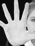 Bella donna di affari con la palma della mano fuori davanti lei fotografie stock libere da diritti