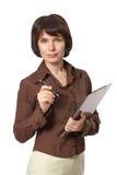 Bella donna di affari con la penna e la lavagna per appunti Fotografie Stock Libere da Diritti