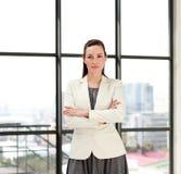 Bella donna di affari con le braccia piegate Immagini Stock Libere da Diritti