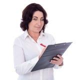 Bella donna di affari maturi con la lavagna per appunti isolata su bianco fotografia stock