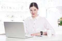 Bella donna di affari nell'ufficio Fotografie Stock Libere da Diritti
