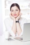 Bella donna di affari nell'ufficio Fotografie Stock
