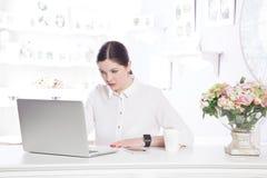 Bella donna di affari nell'ufficio Immagini Stock